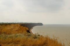 Descente raide avec l'herbe près du bord de mer Image stock
