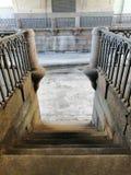Descente sur des étapes antiques au canal gelé image libre de droits