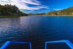 Descente vers le lac du bateau Accueil vers le lac Skadar monte photo stock