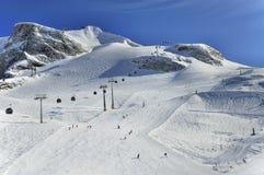 Descentes de ski sur des pentes de glacier de Hintertux photos libres de droits