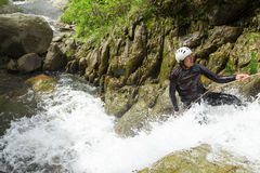 Descida da cachoeira do Canyoning Fotografia de Stock Royalty Free