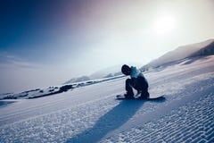 Descida da snowboarding do Snowboard na inclinação na estância de esqui Fotografia de Stock Royalty Free