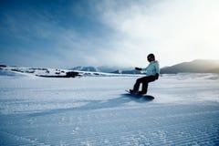 Descida da snowboarding do Snowboard na inclinação na estância de esqui Imagem de Stock Royalty Free