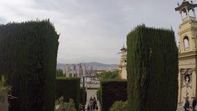 Descida do movimento lento à cidade Barcelona através da conversão verde pitoresca no centro histórico da cidade no dia maçante video estoque