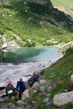 Descida dos turistas ao lago bonito perto de Dombai foto de stock