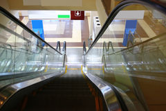 Descida no metro, vista superior da escada rolante para baixo Imagem de Stock