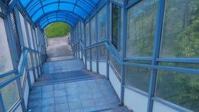 Descida por escadas do cruzamento pedestre elevado do interior Passagem segura através da estrada vídeos de arquivo