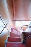 Descienda abajo de la escalera angular en autobús de dos plantas Imagen de archivo