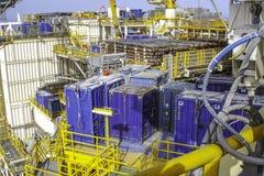Desck desarrumado, congestionado do óleo a pouca distância do mar & equipamento da plataforma do gás imagens de stock royalty free