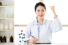 A descoberta bem sucedida do cientista fêmea asiático figura para fora o produto químico fotografia de stock