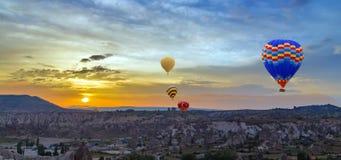 Descoberta Cappadocia do por do sol dos balões de ar quente, Anatolia, Turquia imagens de stock royalty free