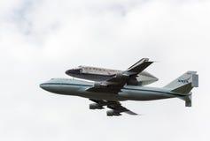 A descoberta da canela de espaço voa sobre Washington imagens de stock royalty free