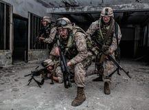 Descoberta dos lutadores do soldado de Marine Corps com firefight fotografia de stock