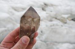 Descoberta Gemmy do cristal de quartzo fumarento nos cumes Foto de Stock Royalty Free