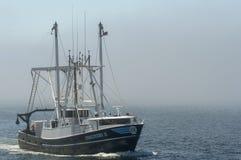 Descoberta II do barco de pesca comercial que retornam da viagem de pesca imagem de stock