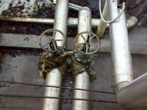Descoberta que coloca na fonte de água da água da formação Escapamento da conexão da flange na válvula cortada foto de stock