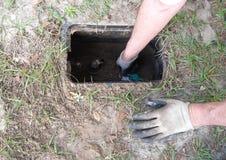 Descobrindo a válvula de parada da água Foto de Stock