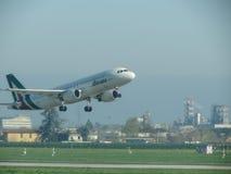 Descolagem de Alitalia Airbus A320 Fotos de Stock Royalty Free