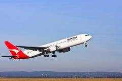 Descolagem do avião de passageiros de Qantas Boeing 767 Imagens de Stock