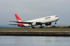 Descolagem do avião de passageiros do jato de Qantas Boeing 767. Imagem de Stock
