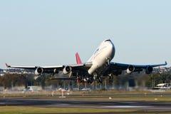 Descolagem do avião de passageiros de Qantas Boeing 747. Imagens de Stock