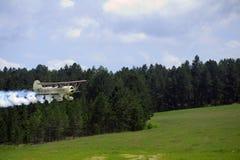 Descolagem do biplano, liberando o fumo do aeródromo de Mende Imagem de Stock