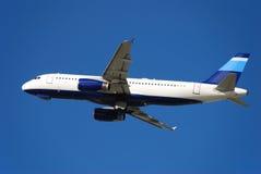 Descolagem moderna do avião do avião de passagem imagem de stock