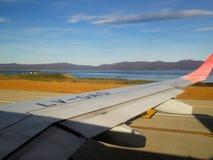 Descolagem plana do aeroporto internacional Ushuaia de Malvinas Argentinas foto de stock royalty free