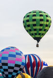 Descolagem quadriculado verde do balão de ar quente Imagens de Stock Royalty Free