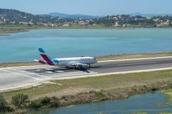 Descolando aviões em Grécia imagem de stock