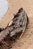 Descomposición, nave abandonada en la orilla, un símbolo de la decadencia y degradación imagen de archivo libre de regalías