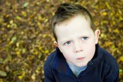 Desconcertado mirando al niño pequeño que mira a la izquierda Imagenes de archivo
