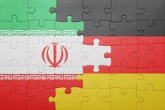 Desconcierte con la bandera nacional de Alemania y de Irán imagen de archivo