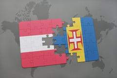 desconcierte con la bandera nacional de Austria y de Madeira en un fondo del mapa del mundo Imagenes de archivo