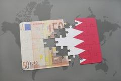 desconcierte con la bandera nacional de Bahrein y del billete de banco euro en un fondo del mapa del mundo Imágenes de archivo libres de regalías