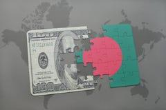 desconcierte con la bandera nacional de Bangladesh y del billete de banco del dólar en un fondo del mapa del mundo Fotografía de archivo