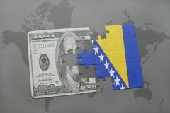 desconcierte con la bandera nacional de Bosnia y Herzegovina y del billete de banco del dólar en un fondo del mapa del mundo Fotos de archivo