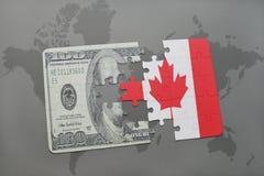 desconcierte con la bandera nacional de Canadá y del billete de banco del dólar en un fondo del mapa del mundo Imagen de archivo libre de regalías