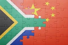 Desconcierte con la bandera nacional de China y de Suráfrica Fotos de archivo libres de regalías