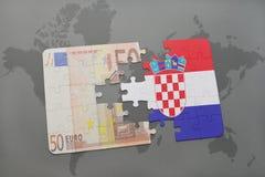 desconcierte con la bandera nacional de Croacia y del billete de banco euro en un fondo del mapa del mundo Foto de archivo