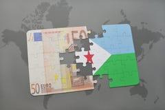 desconcierte con la bandera nacional de Djibouti y del billete de banco euro en un fondo del mapa del mundo Imagen de archivo