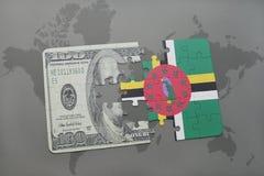 desconcierte con la bandera nacional de Dominica y del billete de banco del dólar en un fondo del mapa del mundo Foto de archivo