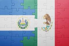 Desconcierte con la bandera nacional de El Salvador y de México Fotos de archivo libres de regalías