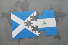 desconcierte con la bandera nacional de Escocia y de Nicaragua en un mapa del mundo Imagen de archivo