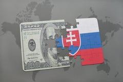 desconcierte con la bandera nacional de Eslovaquia y del billete de banco del dólar en un fondo del mapa del mundo Fotografía de archivo