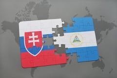 desconcierte con la bandera nacional de Eslovaquia y de Nicaragua en un mapa del mundo Foto de archivo libre de regalías