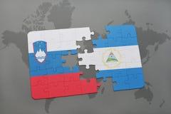 desconcierte con la bandera nacional de Eslovenia y de Nicaragua en un mapa del mundo Imagen de archivo libre de regalías