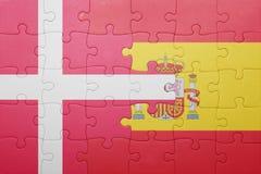 Desconcierte con la bandera nacional de España y de Dinamarca imagenes de archivo