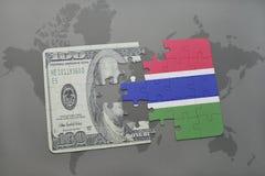desconcierte con la bandera nacional de Gambia y del billete de banco del dólar en un fondo del mapa del mundo Imagen de archivo