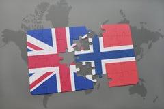 desconcierte con la bandera nacional de Gran Bretaña y de Noruega en un fondo del mapa del mundo Fotos de archivo